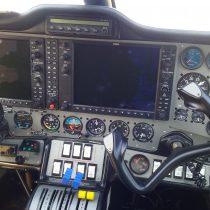 Zdjęcie przedstawia kokpit samolotu Tecnam P2006T z awioniką Garmin G950 i autopilotem S-Tec 55X.