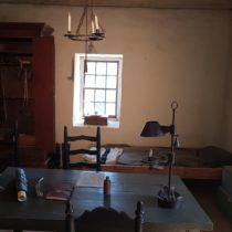 Sutter's Fort - gabinet lekarski. Broń palna jest nieodłącznym elementem historii USA.