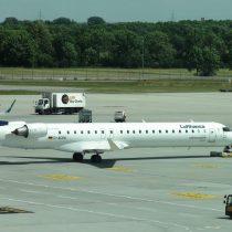 Bombardier CRJ-900 (reg. D-ACKK) na płycie postojowej w Monachium (MUC/EDDM).
