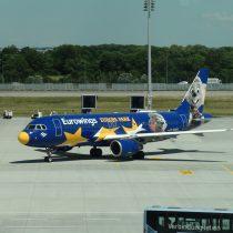 Airbus A320-214 (D-ABDQ) wmalowaniu Europa Park napłycie lotniska wMonachium (MUC/EDDM).