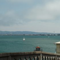 USP Alcatraz znajduje się tylko 2 km od San Francisco. Ponoć w nocy w więziennych celach słychać było dźwięki żyjącego miasta i śmiech ludzi bawiących się na nabrzeżu.