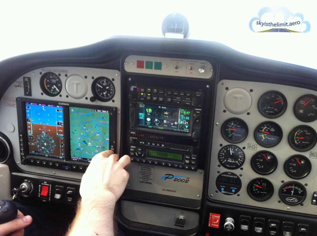 Tecnam P2002-JF, jak na tak mały samolot tablica przyrządów jest rozbudowana
