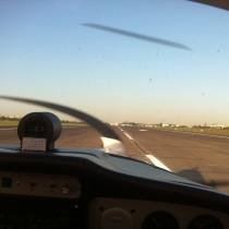 EPBC, chwilę przed przyziemieniem na DS10, pomimo 20kt wiatru bocznego samolot pilotuje się przyjemnie