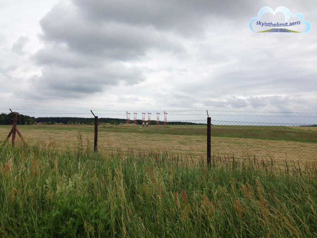 Anteny localizera (komponent ILS) na końcu drogi startowej 28, Heringsdorf, EDAH.