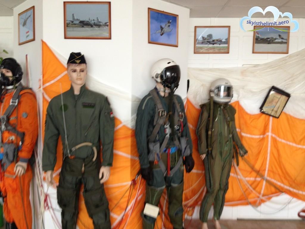 Wystawa kombinezonów pilotów wojskowych na lotnisku w Siofok LHSK, Węgry.