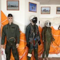 Wystawa kombinezonów pilotów wojskowych nalotnisku wSiofok LHSK, Węgry.