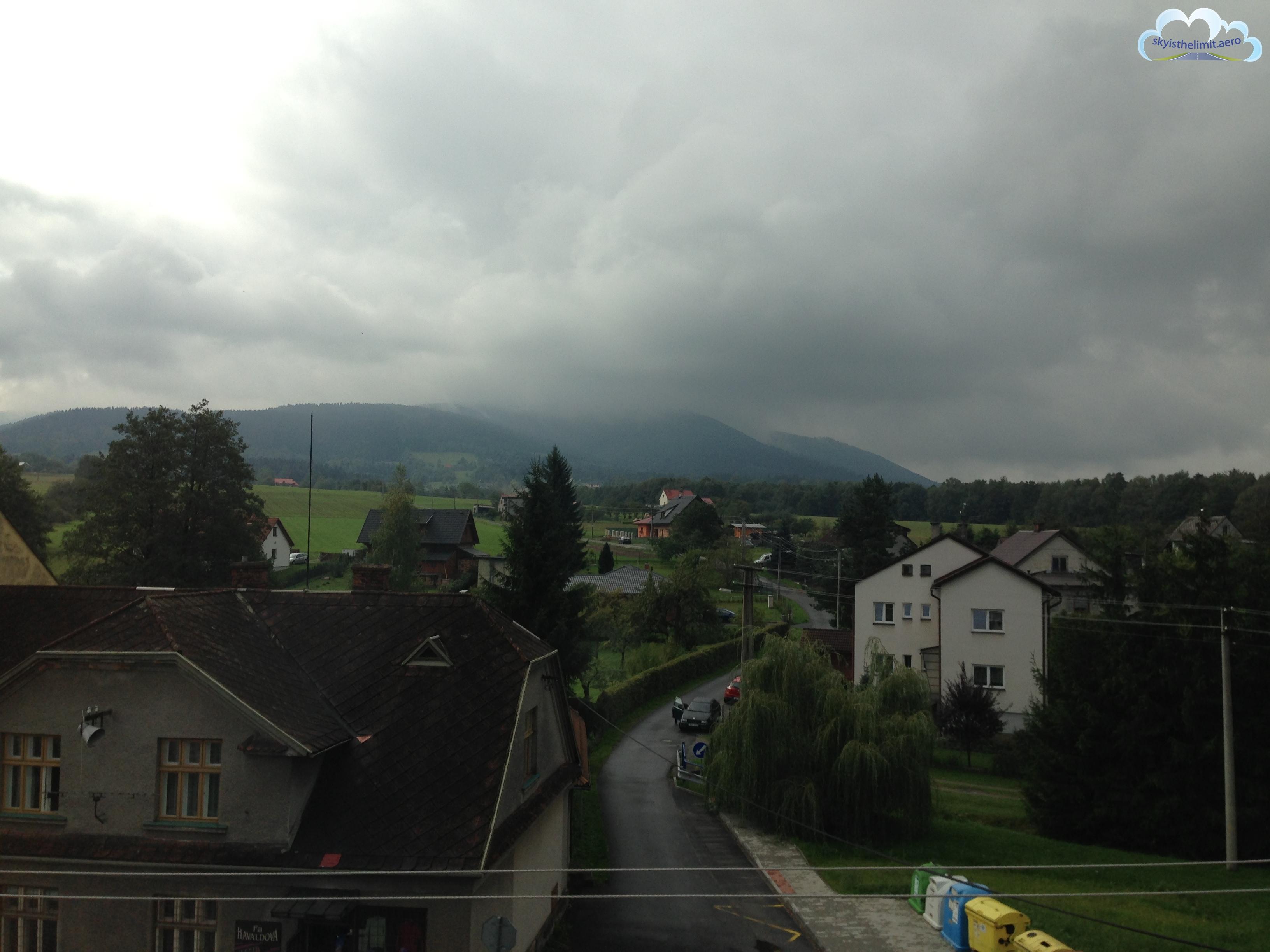 Widok zokna hotelu Adamkova vila, wsobotę pogoda nie zachęcała dolatania.