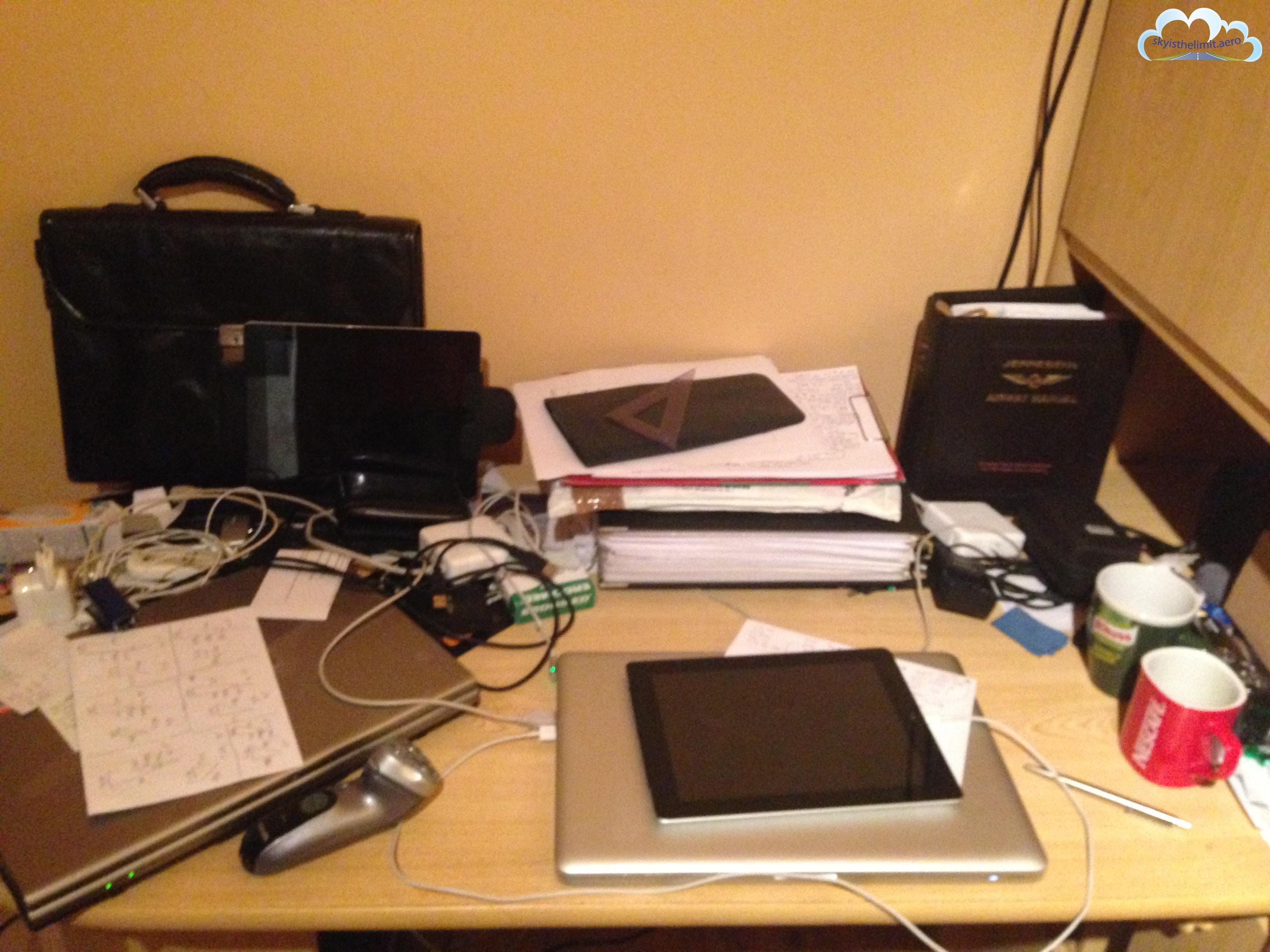 Moje biurko - w nowym domu mam już ładniejsze i trochę mniejszy bałagan.