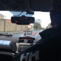 Jego imię to John, a nazywa się Kennedy - taxi driver.