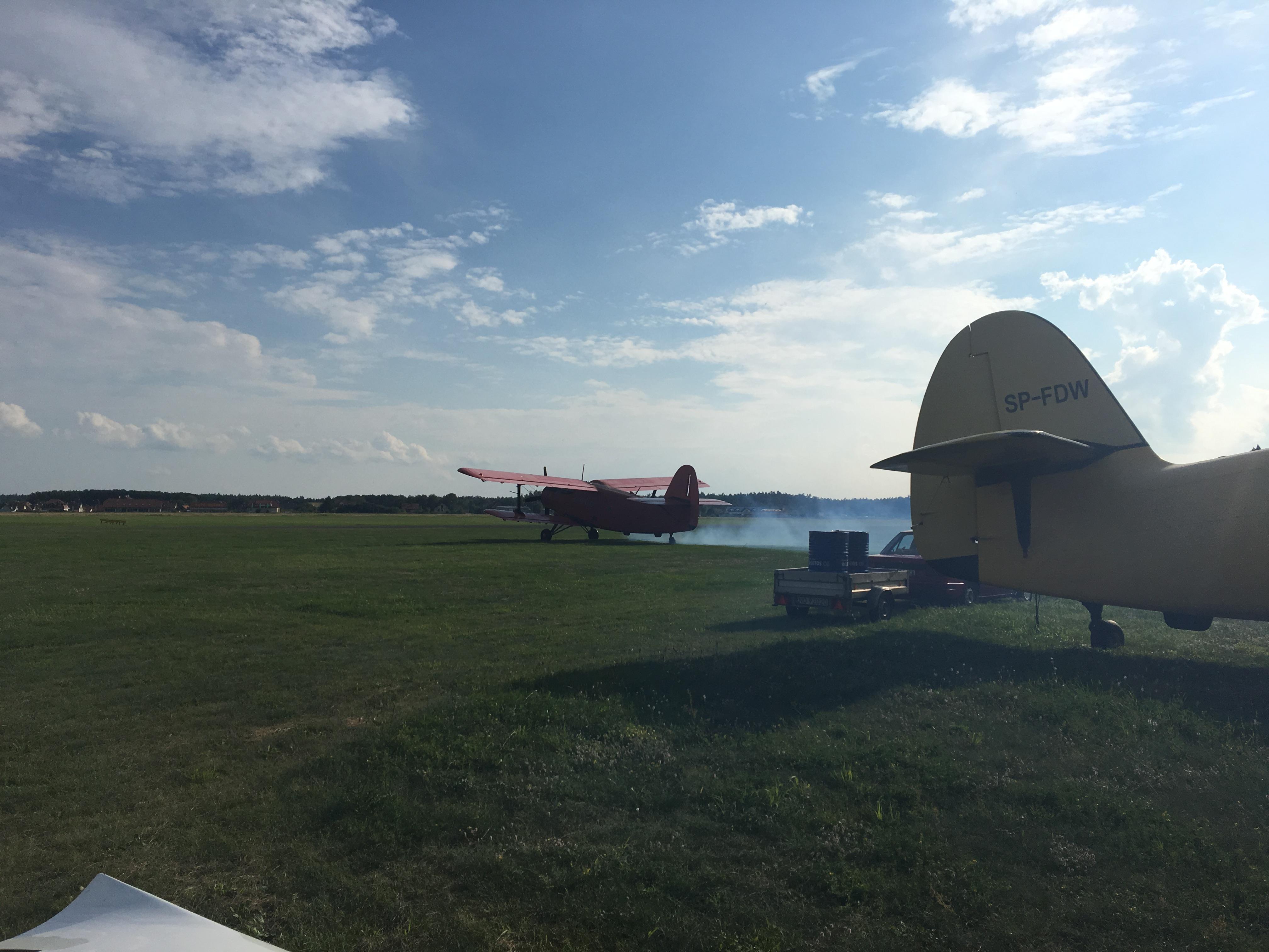 Przygotowujący się do startu An-2 na lotnisku Olsztyn-Dajtki