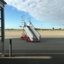 Zdjęcie przedstawia płytę postojową lotniska Roskilde (EKRK). Napierwszym planie są schody.