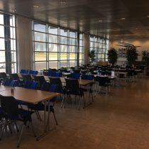 Opustoszała hala terminala lotniska Copenhagen-Roskilde.