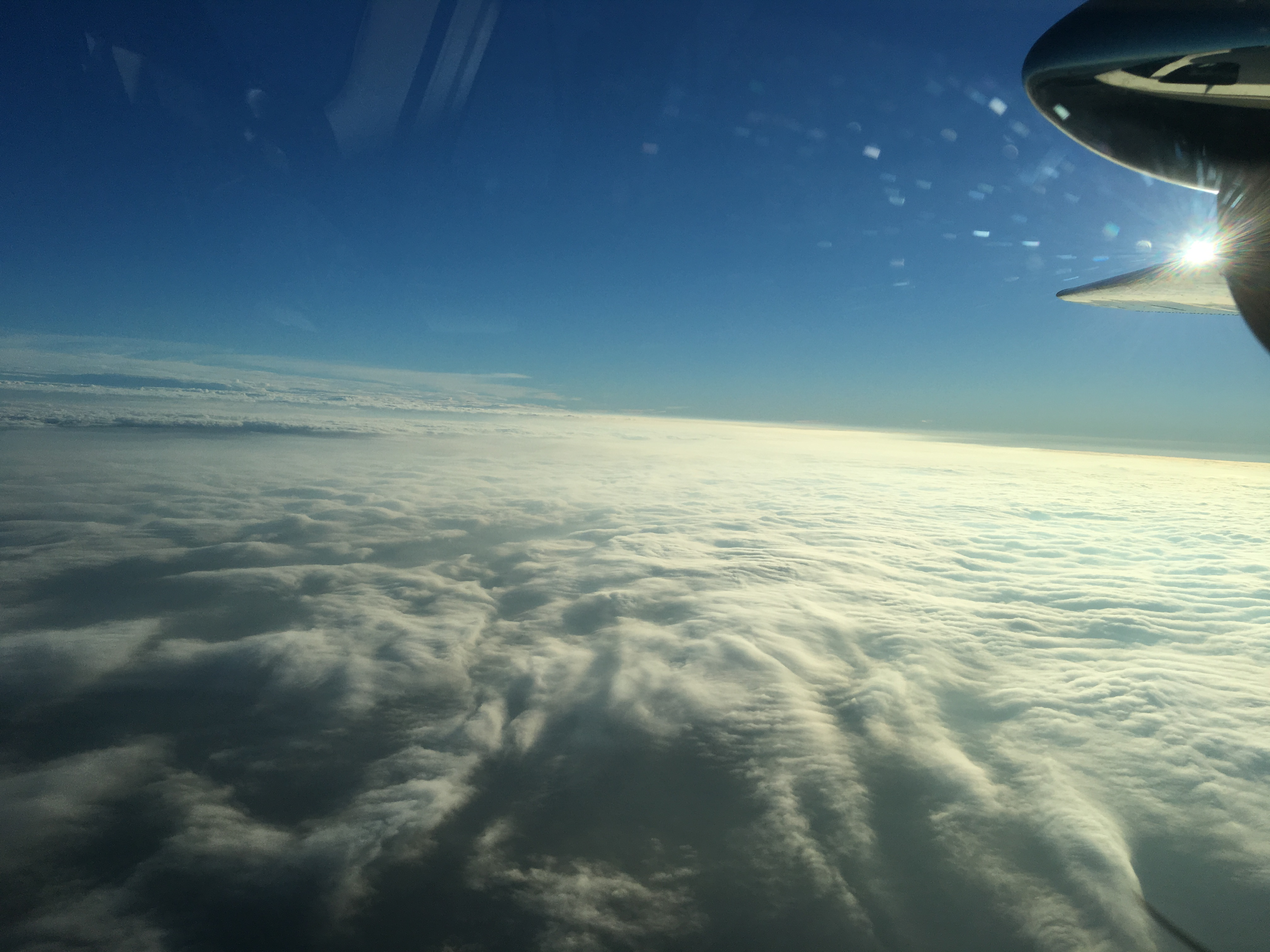 Zdecydowana większość naszego lotu odbywa się ponad pełnym zachmurzeniem.