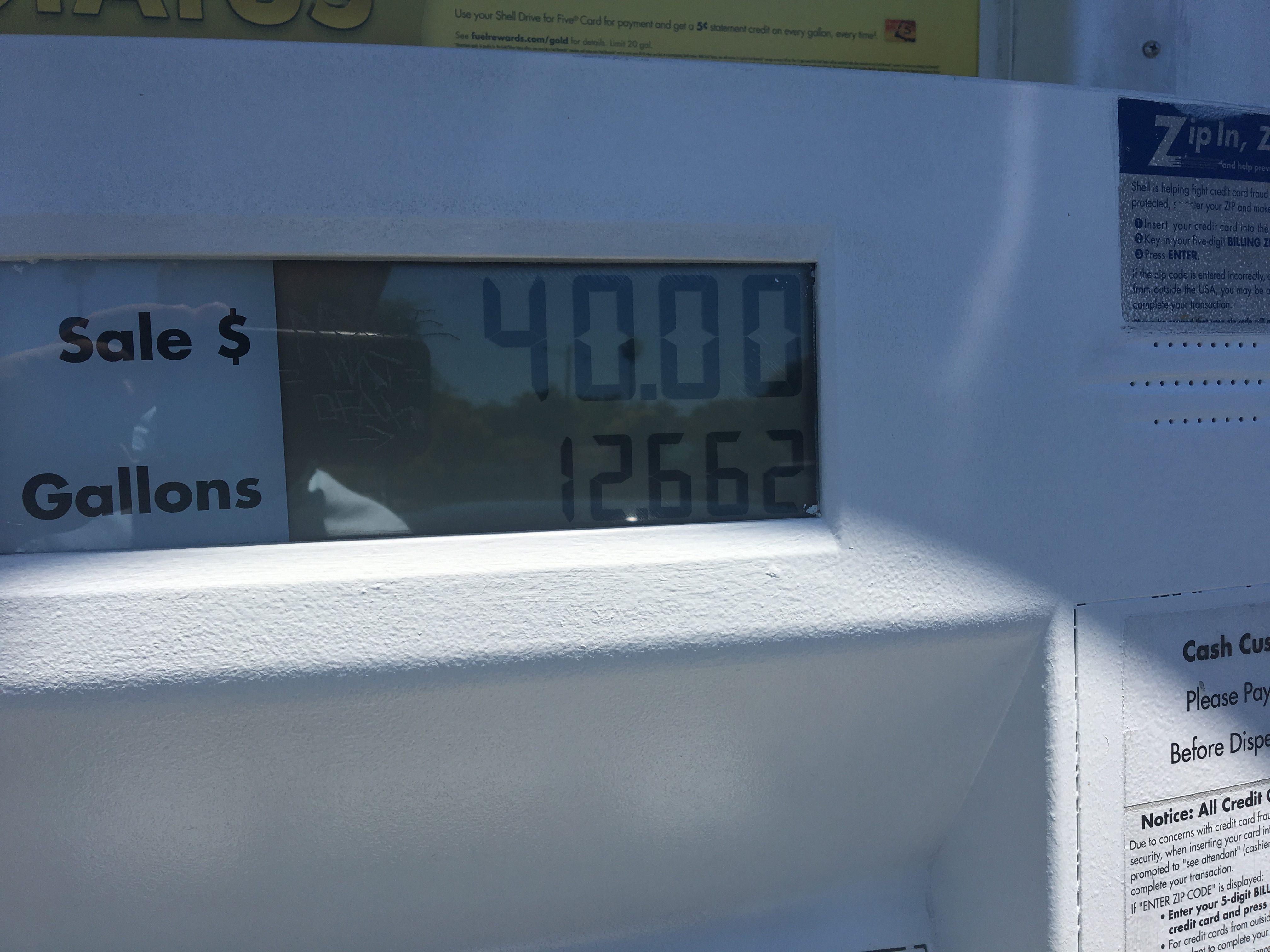 40 USD za 47 litrów benzyny. Przy obecnym kursie to niewiele ponad 3 zł za litr.