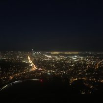 Nocna panorama San Francisco z Twin Peaks