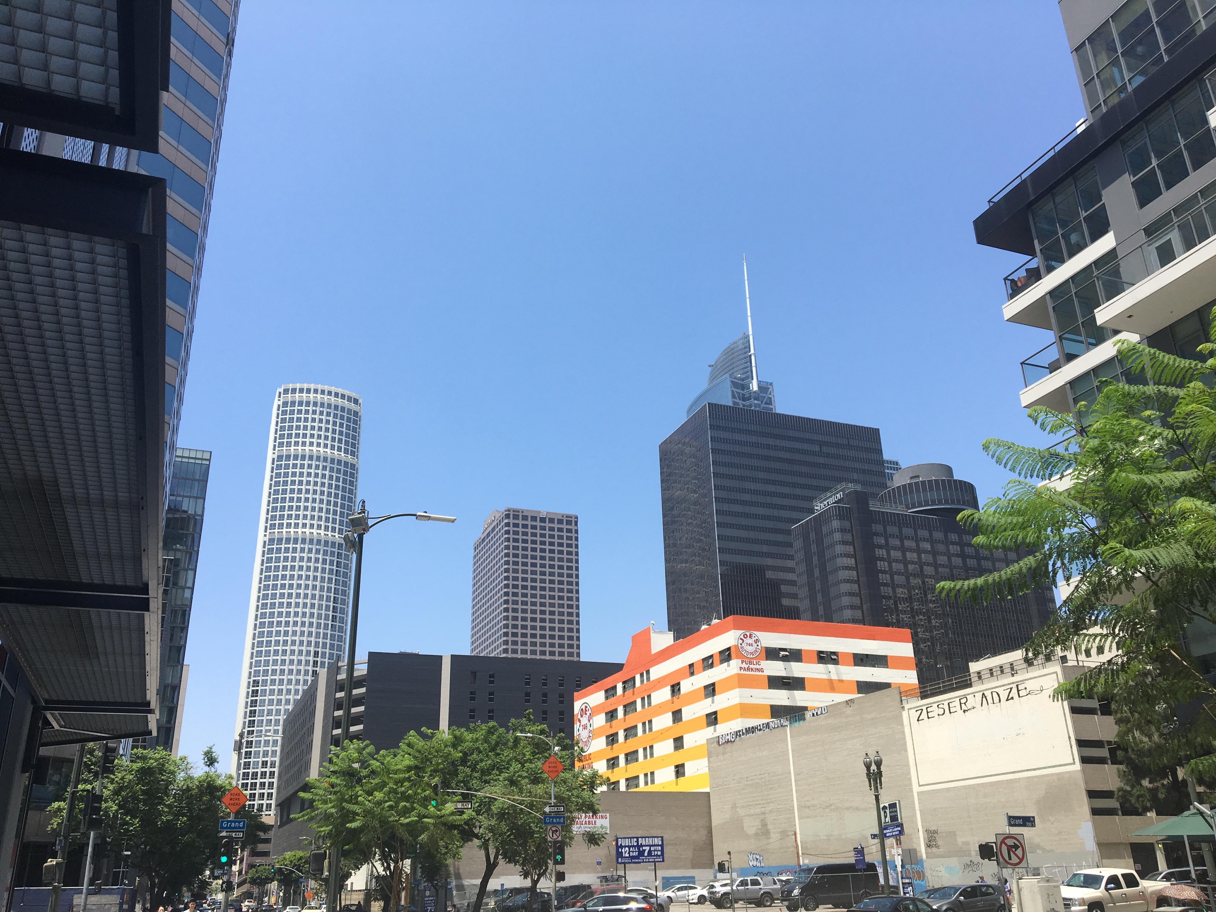 Los Angeles, skrzyżowanie W 8th St i S Grand Ave