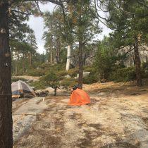 Pole namiotowe na szczycie szlaku