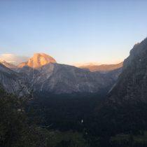 Nad Yosemite Valley powoli zachodzi słońce.