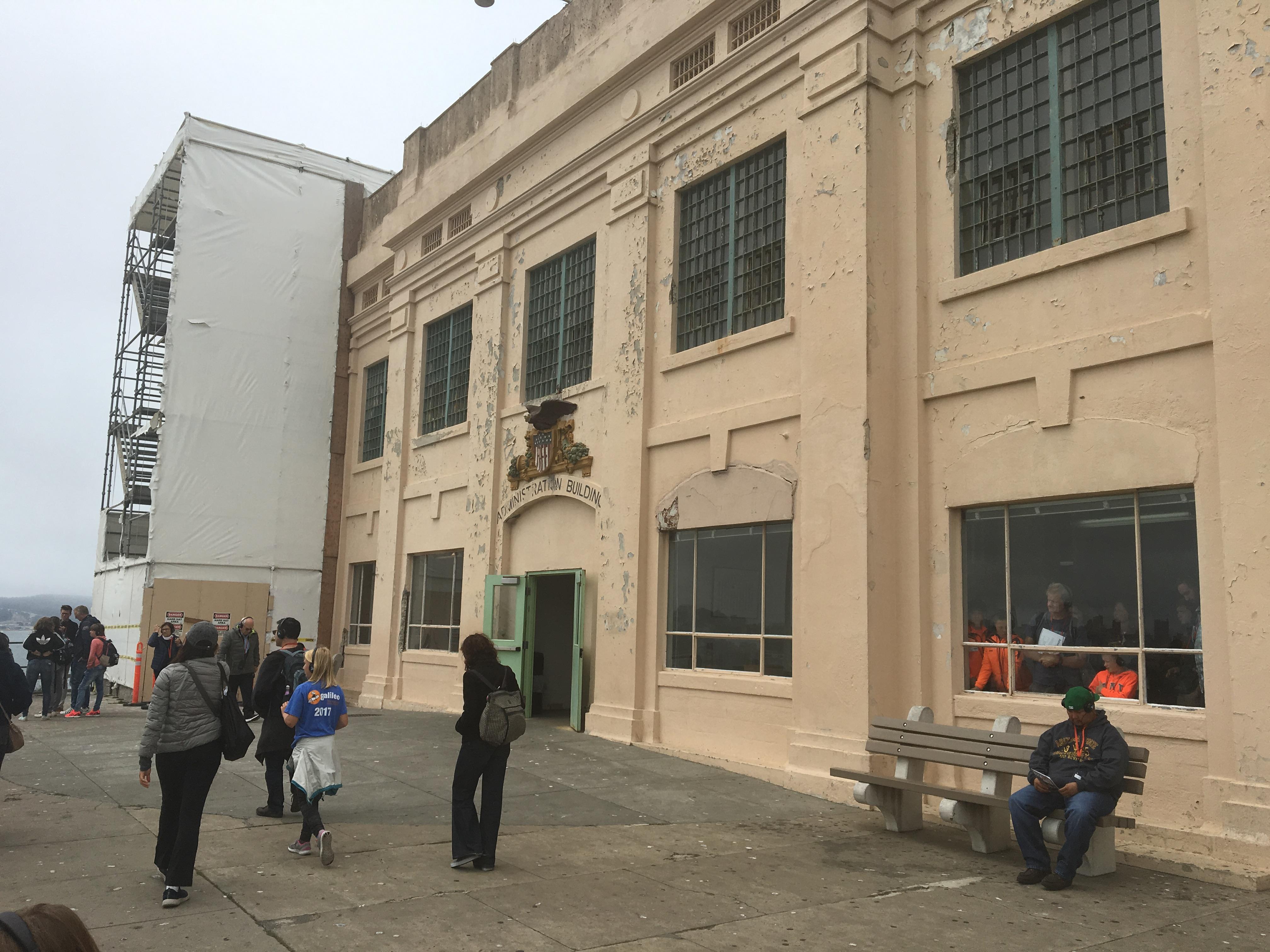 Wejście do głównego budynku więzienia