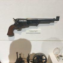 Broń jest nieodłącznym elementem wolnego człowieka mającego prawo do obrony swojego życia, zdrowia i majątku. Pomimo że to muzeum kolejnictwa można obejrzeć typy broni, którą posługiwano się w tamtych czasach.