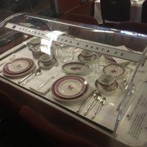 Przykład zastawy stołowej wwagonie restauracyjnym