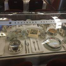 Przykład zastawy stołowej w wagonie restauracyjnym