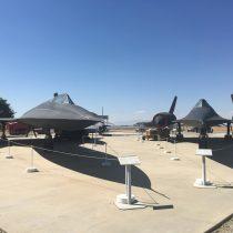 Lockheed A-12 (z lewej) i SR-71A (z prawej). A-12 posiada kabinę w układzie tandem (jest dwumiejscowy).