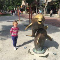 Silvnitsa Boulevard, Warna, Bułgaria - dzieci wyajduję przeróżne obiekty bysięprzy nich sfotografować.