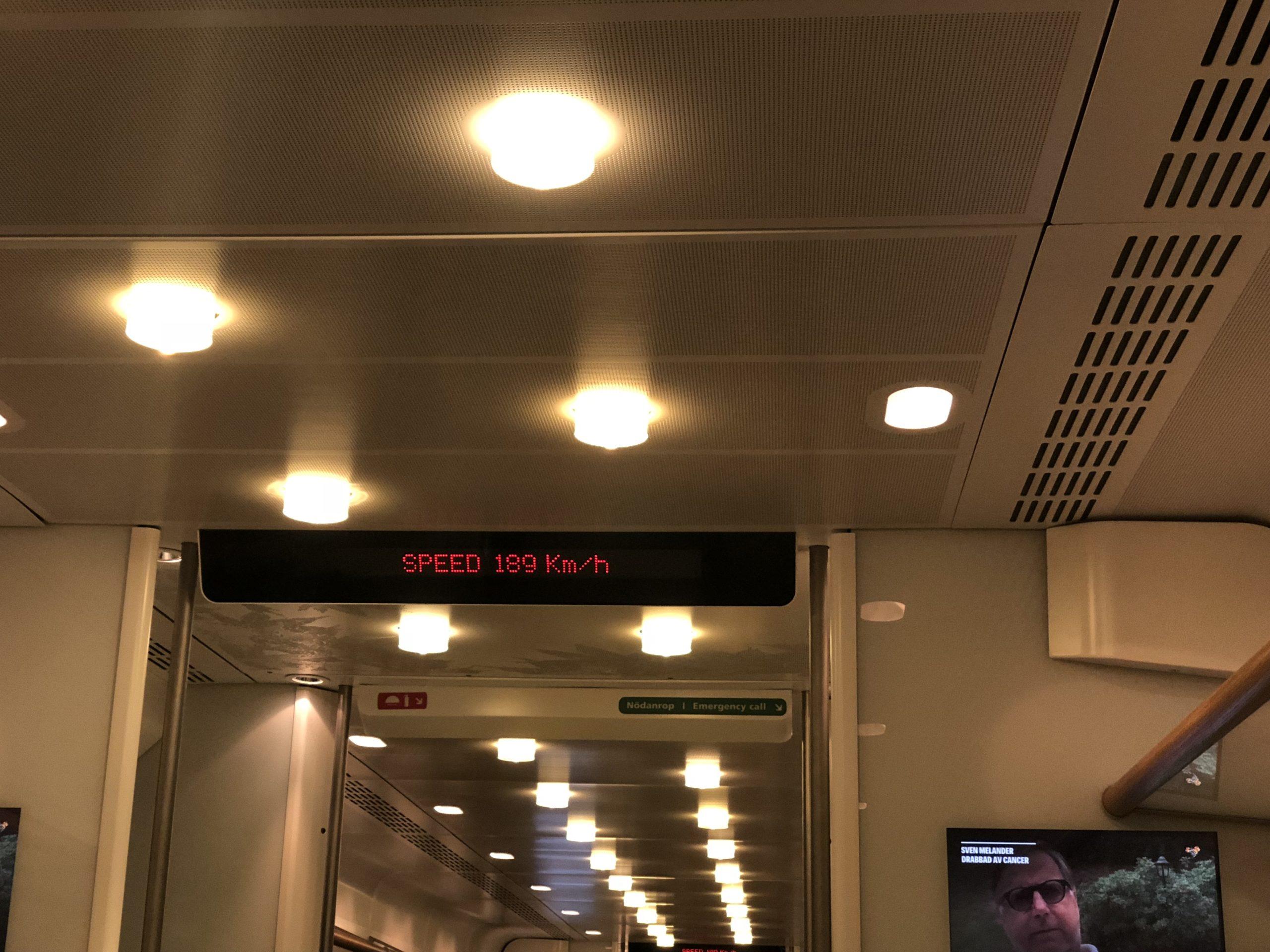 Arlanda Express - 39 km w20 minut zprędkością blisko 200 km/h za540 SEK wdwie strony.