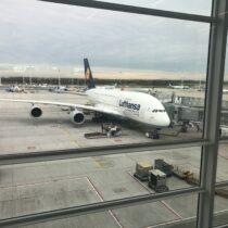 Airbus A380-800 napłycie lotniska wMonachium (MUC/EDDM).