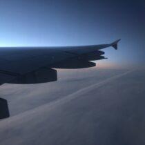 Tym razem niemiałem szczęścia ani dopogody, ani dopory dnia. Grenlandii niezobaczyłem, awiększość zponad 12-godzinnego lotu tobyło bujanie nadtakimi chmurkami.