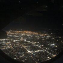 Gdy rok temu byłem wUSA nadziedzińcu apartamentowca/bloku, wktórymmieszkałem obserwowałem samoloty wykonujące ostatni zakręt przedpodejściem doKSFO. Tozdjęcie, jeśli wierzyć GPSowi wiPhone X, zostało wykonane niespełna 300 metrów odmojegoówczesnego lokum.