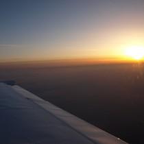Zachód słońca iinwersja powodują, żetrudno dostrzec obiekty podnami.