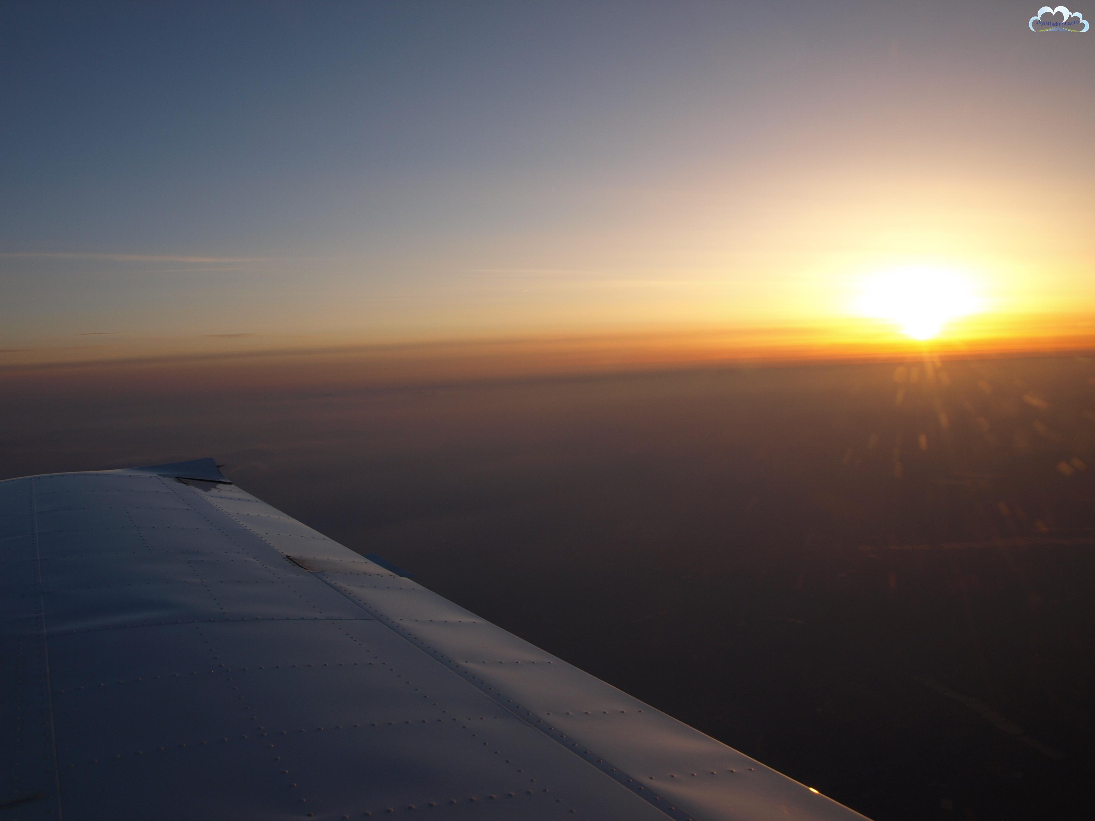 Zachód słońca i inwersja powodują, że trudno dostrzec obiekty pod nami.