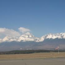 Droga startowa położona jest wzdłuż przepięknego masywu górskiego.
